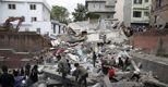 La ricerca dei sopravvissuti in un edificio crollato a Kathmandu (EPA)