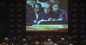 Industriali indiani seguono in tv il ministro delle finanze indiano che presenta il budget finanziario (Ap photo)