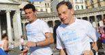 Il candidato sindaco del centrodestra a Napoli Gianni Lettieri (a destra) alla mezza maratona della città partenopea il 17 aprile 2011