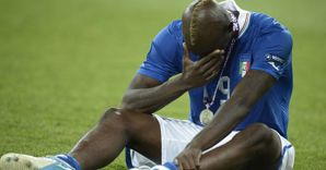 La Spagna «mata» l'Italia. Nella foto Mario Balotelli in lacrime (Afp)