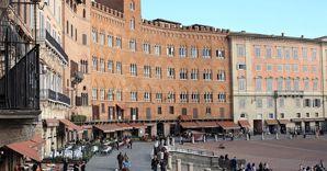 Nella foto uno scorcio di Piazza del Campo a Siena (Marka)