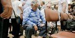 Il presidente Jos� �Pepe� Mujica mentre fa la fila in un ambulatorio medico (Ap)
