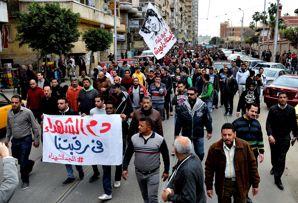 Il corteo funebre per una delle vittime degli scontri (Ap) (AP)