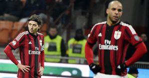 Nella foto il capitano del Milan, Riccardo Montolivo (a sinistra) e il difensore Alex durante la gara dei quarti di Coppa Italia contro la Lazio (Ansa)