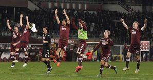 I giocatori granata esultanti al termine della partita vittoriosa con il Napoli (Reuters)