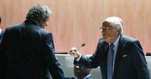 Nella foto di spalle Michael Platini e Joseph S. Blatter (Reuters) (REUTERS)