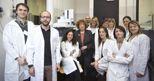 Il gruppo di giovani ricercatori che lavora nel Laboratorio di Metabolomica del Dipartimento di Biotecnologie e Bioscienze dell'Universit� di Milano-Bicocca. Al centro la professoressa Lilia Alberghina, direttore del Laboratorio e del Centro SysBio.
