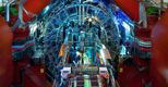 Una veduta di insieme dello strumento Alice, del Cern di Ginevra. Le enormi dimensioni, 16x20 metri, sono apprezzabili anche dal confronto con il tecnico all'opera di manutenzione