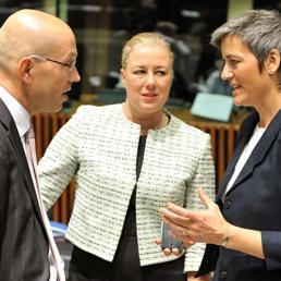 Da sinistra Jorg Asmussen, il ministro delle Finanze finlandese Jutta Urpilainen e il ministro dell'Economia Margrethe Vestager (Afp)
