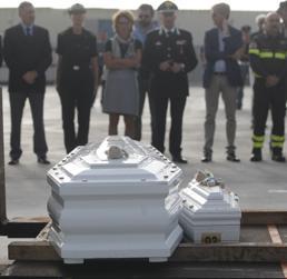 I feretri delle vittime di Lampedusa giunti a Porto Empedocle (AFP Photo)