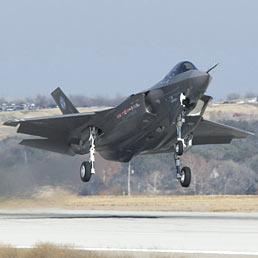 F-35: prospettive in ribasso per commesse e occupazione in Italia. Nella foto un Lockheed Martin F35 (Ansa)