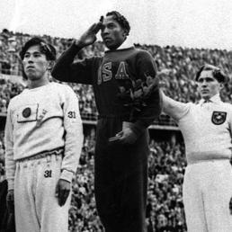 Lo statunitense Jesse Owens sul gradino più alto del podio alle Olimpiadi di Berlino nel 1936 (AP Photo)