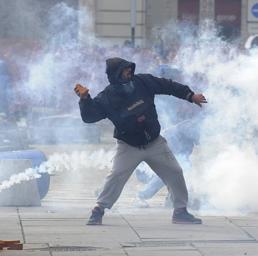 Tafferugli tra manifestanti e forze dell'ordine in piazza Castello a Torino (Reuters)