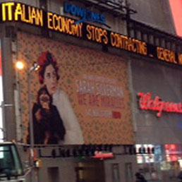 """Il rullo delle notizie del Nasdaq a Times Square titola: """"L'economia italiana smette di contrarsi"""" (Ansa)"""