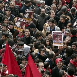 La folla in piazza a Istanbul per i funerali di Berkay Elvan (Reuters)