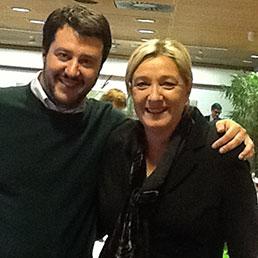 Il Segretario della Lega Nord, Matteo Salvini, con Marine Le Pen a Bruxelles il 15 gennaio 2014 (Ansa)