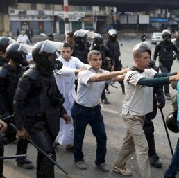 Sostenitori arrestati del deposto presidente Mohammed Morsi. (Ap)