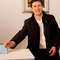 Dario Nardella, vicesindaco di Firenze e uno degli aspiranti candidati a sindaco, vota per le primarie del PD a Firenze. (Ansa)