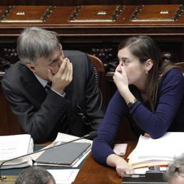 Graziano Delrio (a sinistra) e Maria Elena Boschi in Aula alla Camera (Ansa)
