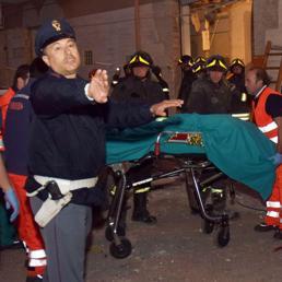 Un ferito estratto dalle macerie in via De Amicis dove un esplosione ha distrutto una palazzina a Foggia (Ansa)