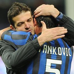 Un abbraccio tra Andrea Stramaccioni e Dejan Stankovic durante la loro militanza nell'Inter (Ansa)