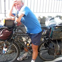 Heinz Stücke gira il mondo in bicicletta