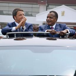 Matteo Renzi e il presidente del Congo, Denis Sassou Nguesso (Afp)