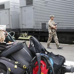I ribelli filo-russi fanno la guardia al treno che trasporta le prime salme e gli effetti personali del disastro aereo (Reuters)