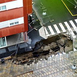 Milano il maltempo provoca una voragine in pieno centro - Corso di porta romana 16 milano ...