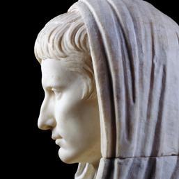Primo piano sul volto di una statua togata di Augusto (Ansa)