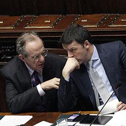 Il ministro dell'Economia, Pier Carlo Padoan con il presidente del Consiglio, Matteo Renzi (Ansa)