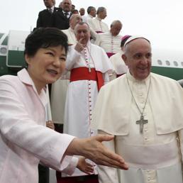 La presidente della Corea del Sud, Park Geun-hye, accoglie Papa Francesco (Reuters)