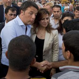 Matteo Renzi durante la visita al campo profughi ad Erbil (Ansa)