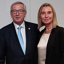 Il presidente della commissione europea, Jean-Claude Juncker, con il ministro degli Esteri, Federica Mogherini (EPA)
