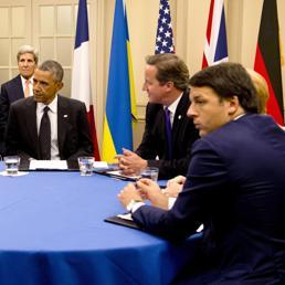 Il presidente del Consiglio, Matteo Renzi (primo da destra), al tavolo del summit Nato di Newport con il presidente Usa, Barack Obama, il premier britannico, David Cameron, e la cancelliera tedesca Angela Merkel (Epa)