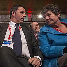 Nella foto il presidente del Consiglio, Matteo Renzi, con il segretario della Cgil, Susanna Camusso (Ansa) (ANSA)