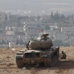 Un carro armato turco presidia il confine con la Siria (Epa)