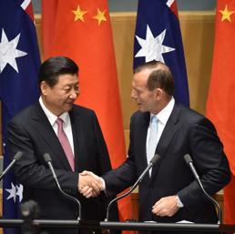 Il presidente cinese Xi Jinping e il primo ministro australiano Tony Abbott (Afp)
