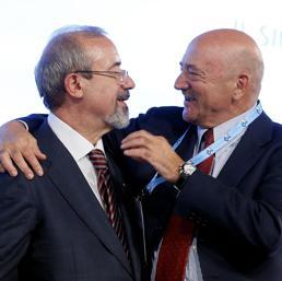Carmelo Barbagallo con Luigi Angeletti (Ansa)