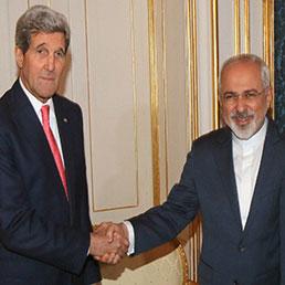 Il Segretario di Stato americano John Kerry stringe la mano al ministro degli esteri iraniano, Mohammad Javad Zarif (Afp)