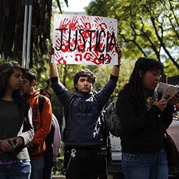 Manifestazione in favore dei 43 studenti scomparsi in Messico (Reuters)
