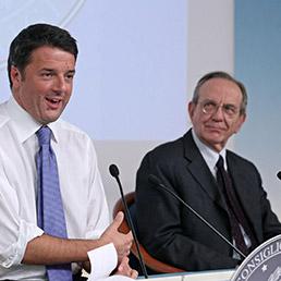 Il presidente del Consiglio, Matteo Renzi e il ministro dell'Economia, Pier Carlo Padoan (Ansa)