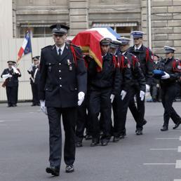 La salma di Ahmed Merabet portata in spalla dai colleghi della polizia francese (Epa)