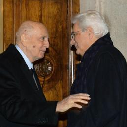 Il saluto tra Giorgio Napolitano e Sergio Mattarella (Ansa) (ANSA)