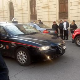 Carabinieri davanti al teatro Cilea di Reggio Calabria (Ansa) (ANSA)