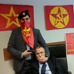 La foto schock con il procuratore Mehmet Selim Kiraz diffusa dai rapitori
