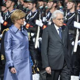 Il ministro della Difesa Pinotti con  il presidente della Repubblica Mattarella i recano all'Altare della Patria per le celebrazioni del 25 aprile (Ansa) (AFP)