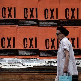 Oxi, no, sui poster che tappezzano Atene in vista del referendum di domenica (Afp) (AFP)