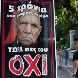 Oxi, no, con la faccia del ministro delle Finanze tedesco Wolfgang Schauble per le strade di Atene. (Afp) (AFP)
