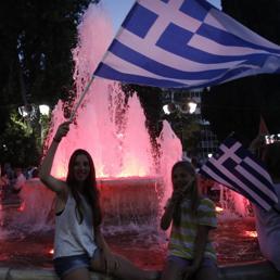Sostenitori del no festeggiano in piazza ad Atene (Epa) (EPA)
